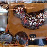 Dior Eyewear & Zoé Lu: Bernsteine am Strand suchen